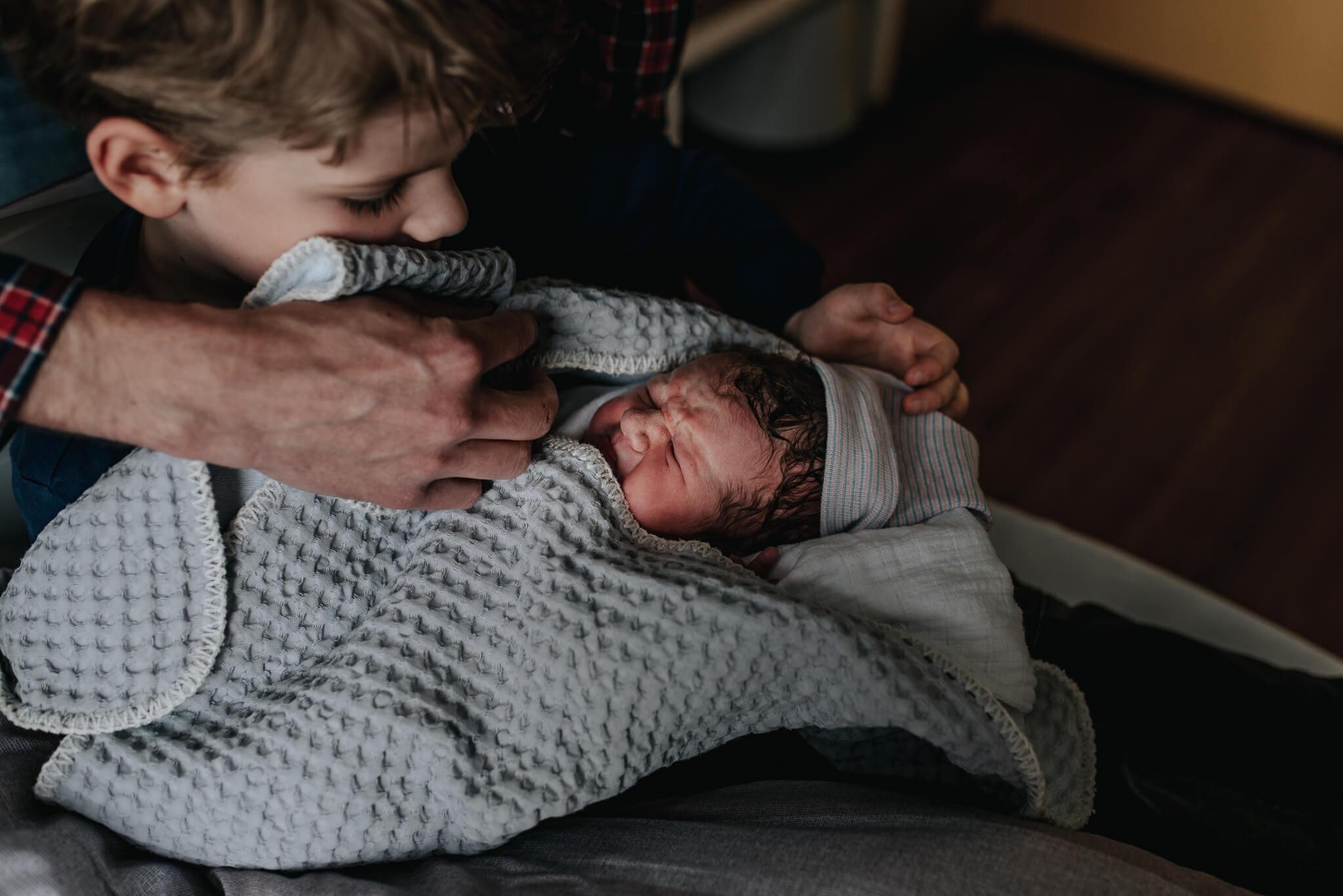 Geboortefotografie brabant Den Bosch ontmoeting broertjes Birth Day geboortefotografie