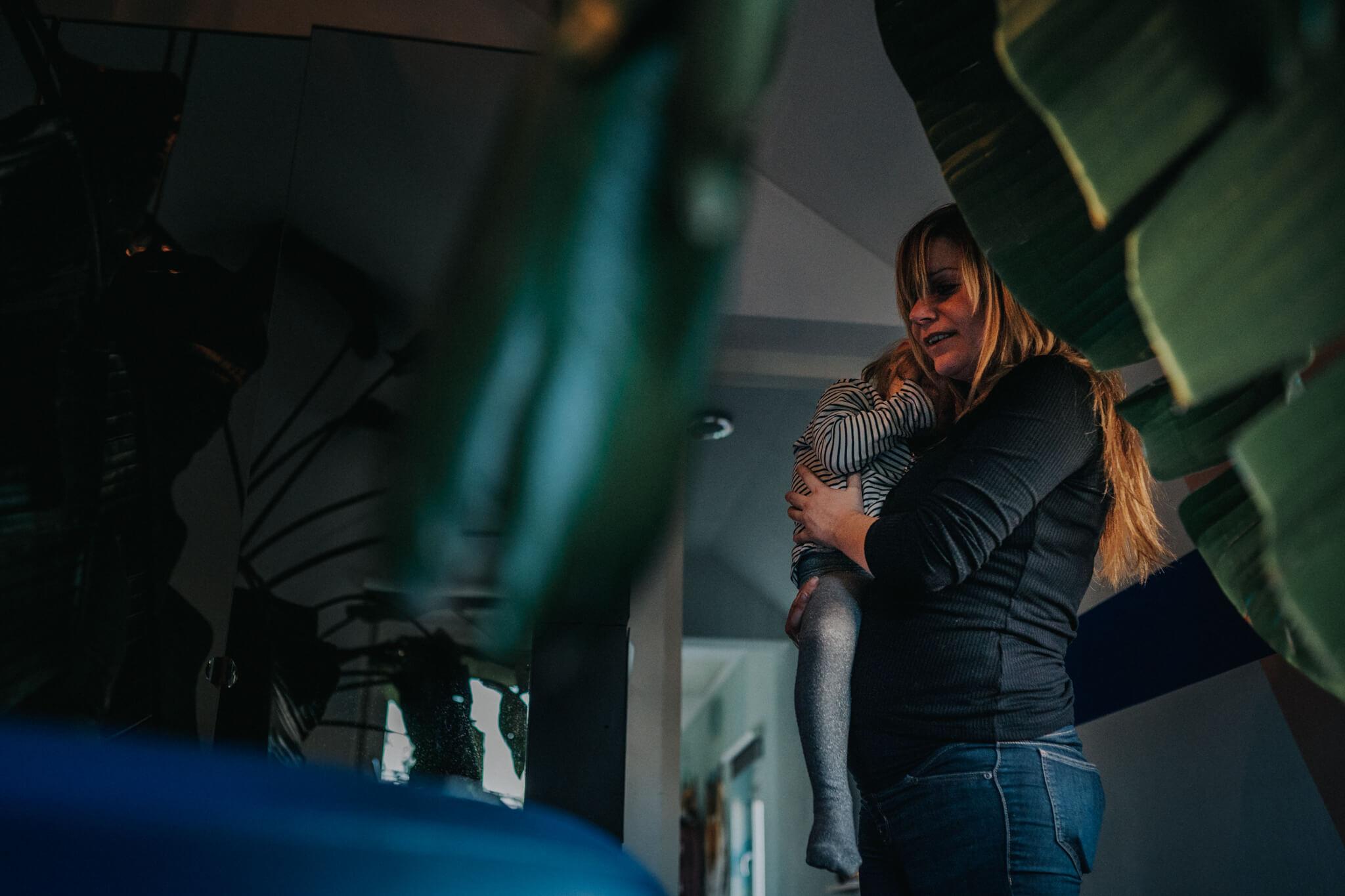 kinderen bij bevalling geboortefotografie Breda thuisgeboorte Birth Day geboortefotografie Cindy Willems